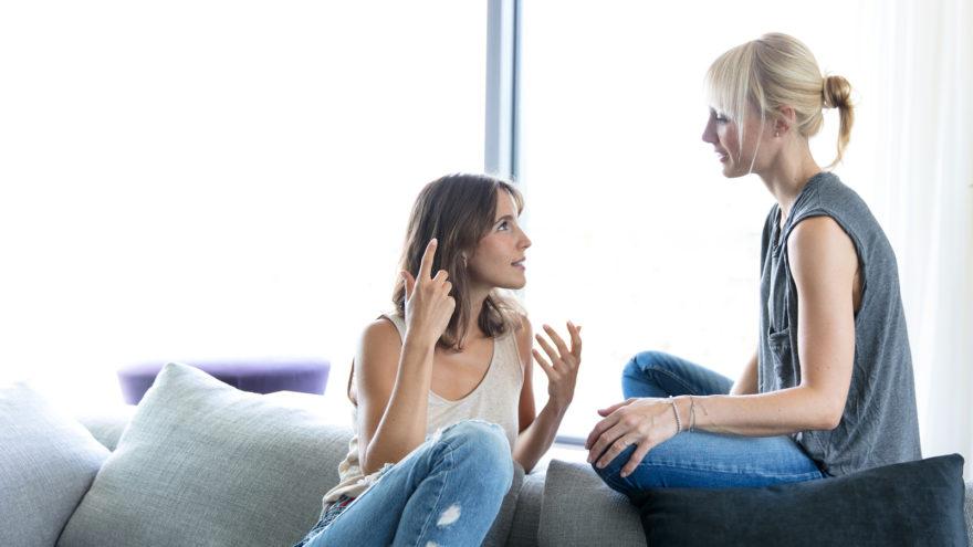 Zwei Frauen unterhalten sich auf einer Couch